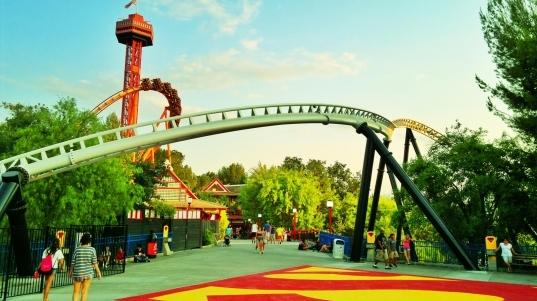 Six Flags Magic Mountain Crowds – Is It Packed? – Real Time